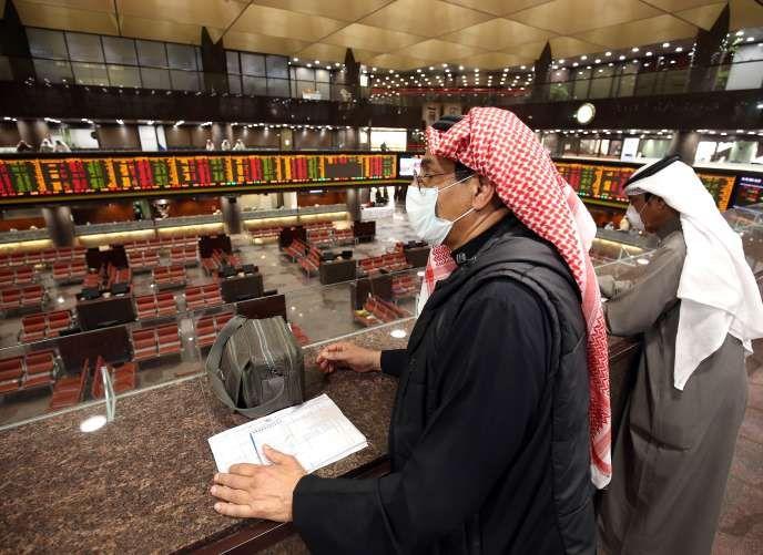 Un tradeur koweïtien à la Bourse de Koweït City, le 1er mars.